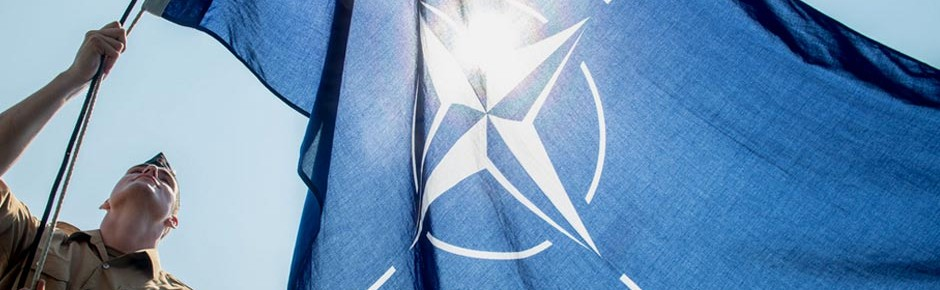 """Tender """"Rhein"""" im Mittelmeer unter blauer NATO-Flagge"""