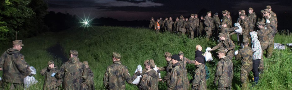 Soldaten an der Hochwasserfront
